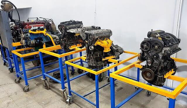 چند موتور خودرو که در کلاس برای آموزش عملی مکانیک استفاده میشود