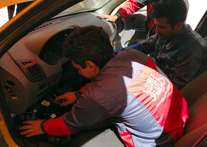 آموزش سیم کشی توسط یکی از اساتید به کارآموز در کلاس عملی برق خودرو دارالفنون
