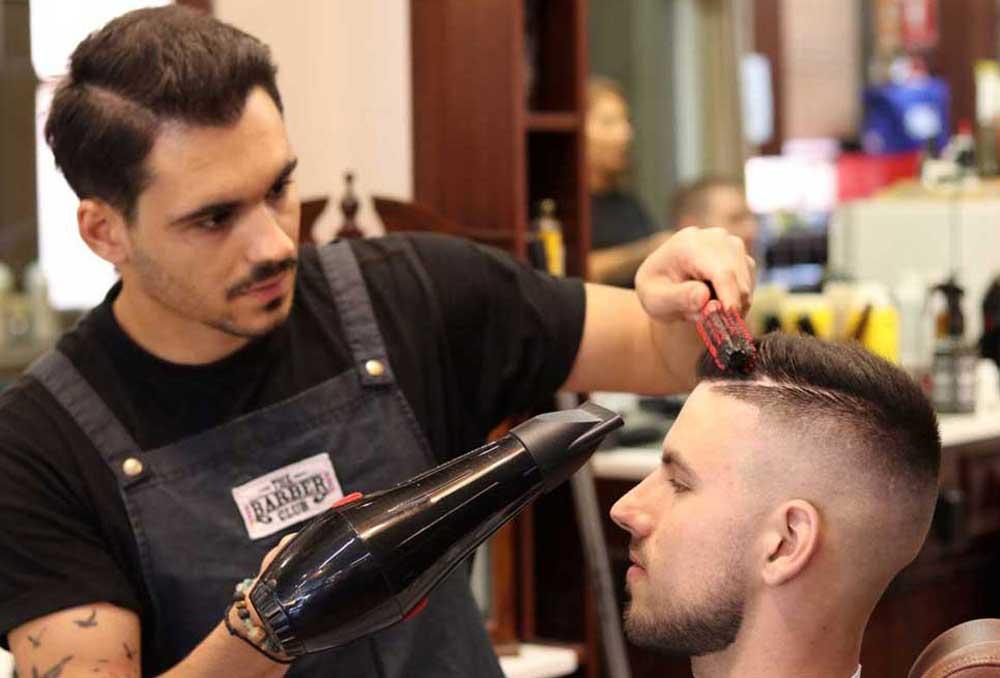 خدمات جانبی مانند سشوار و حالت دادن مو می تواند درآمد یک آرایشگر را افزایش بخشد