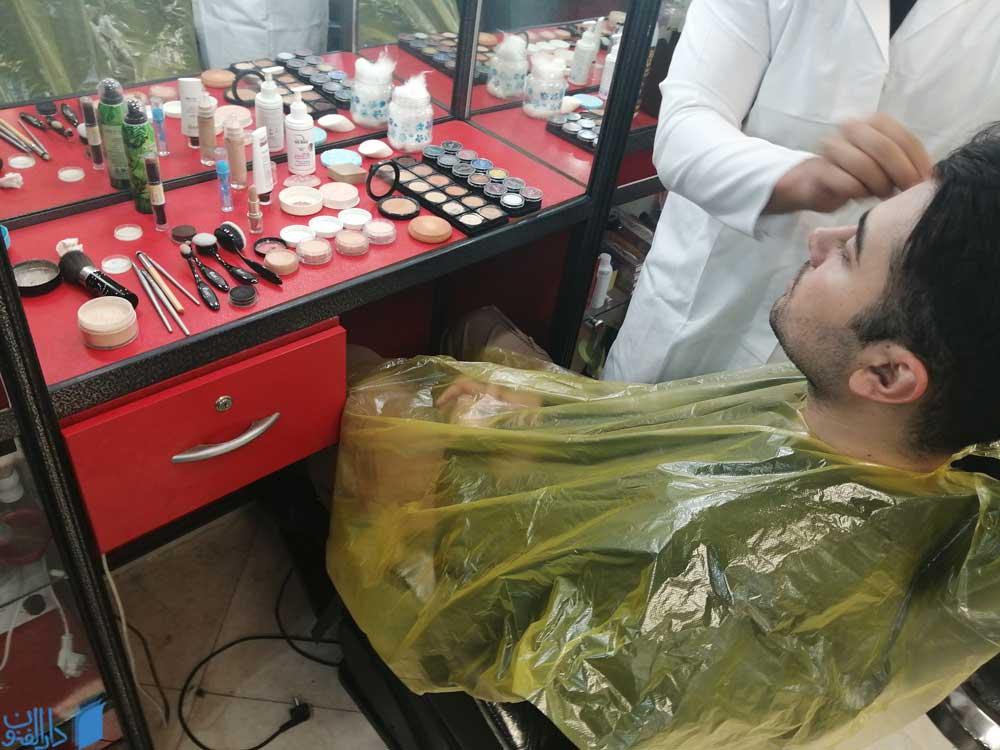یک هنرجوی دوره آموزش آرایشگری در حال انجام اقدامات مراقبتی از پوست یک آقا