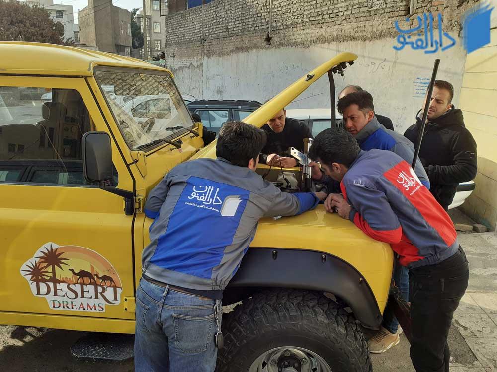 کار آموزان در حال تعمیر خودرو در کلاس های عملی آموزش برق خودرو