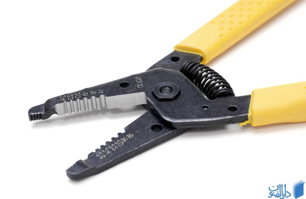 سیم لخت کن یکی از تجهیزات مورد نیاز برای برقکاری ساختمان