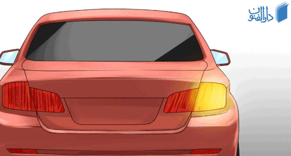 خودرویی که راهنمای سمت راستش روشن است.